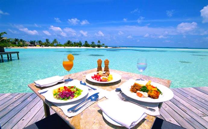 hrana na stolu ispred mora