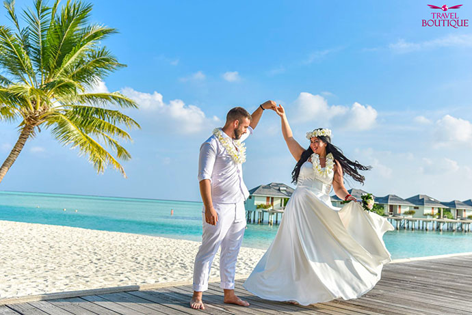 venčani par se drži za ruke