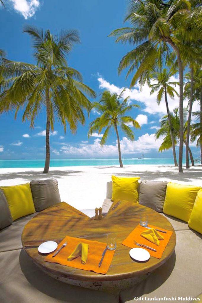 stol i jastuci na plaži