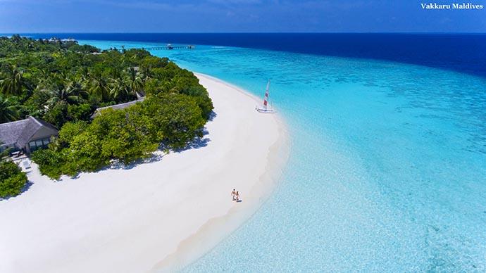 par šeta na plaži na Maldivima