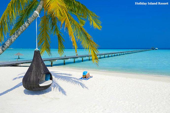žena leži na plaži