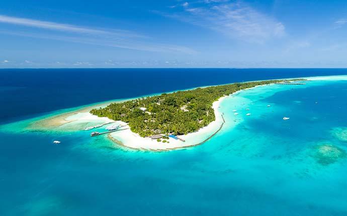 ptičiji pogled na ostrvo na Maldivima