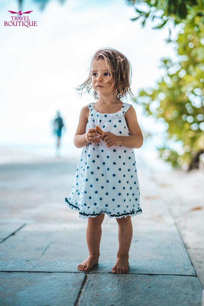 mala devojčica gleda u daljinu