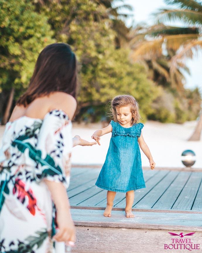žena pruža ruku maloj devojčici