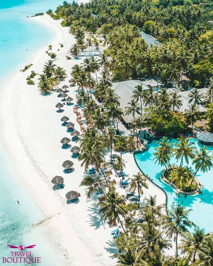 bazeni, plaža i palme iz ptičije perspektive