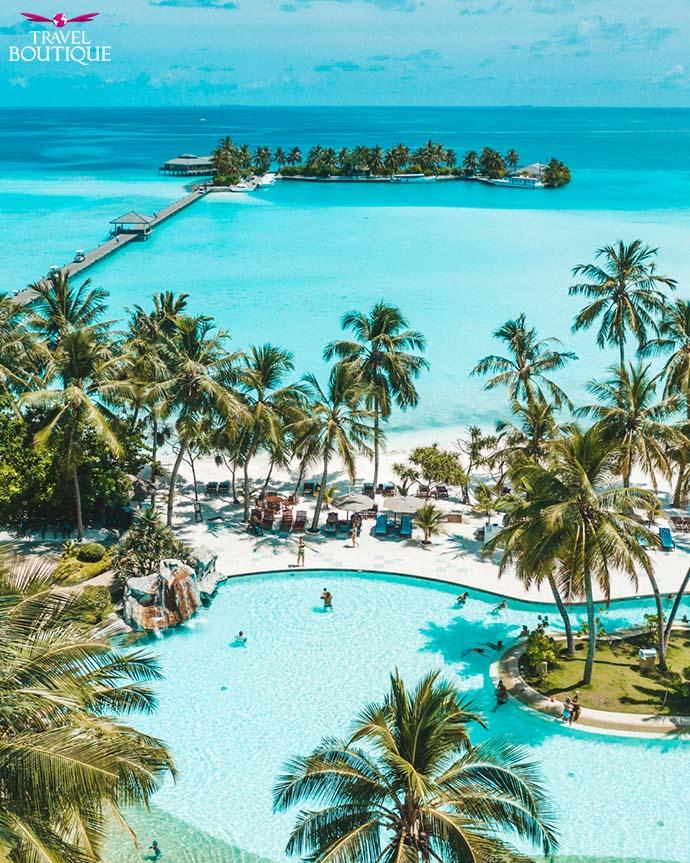 ljudi se kupaju u bazenu na Maldivima