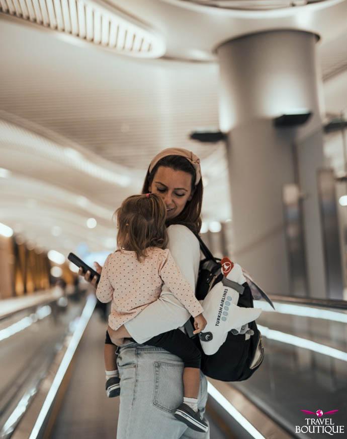 žena nosi dete u naručju