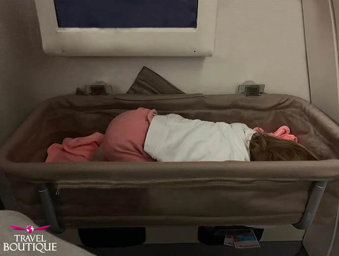 dete spava u krevetcu