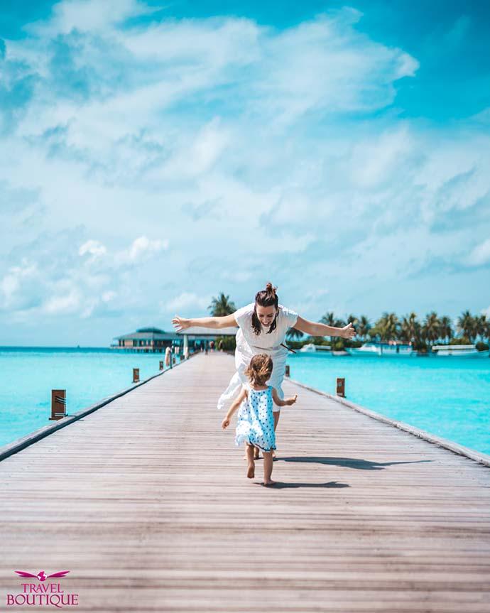žena i beba trče jedna ka drugoj