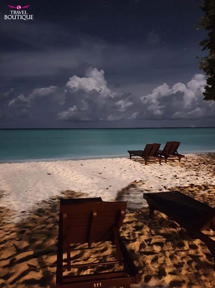 ležaljke na plaži dok je mrak