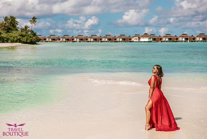 žena u crvenoj haljini na plaži