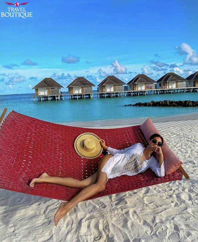 žena na ležaljci na plaži