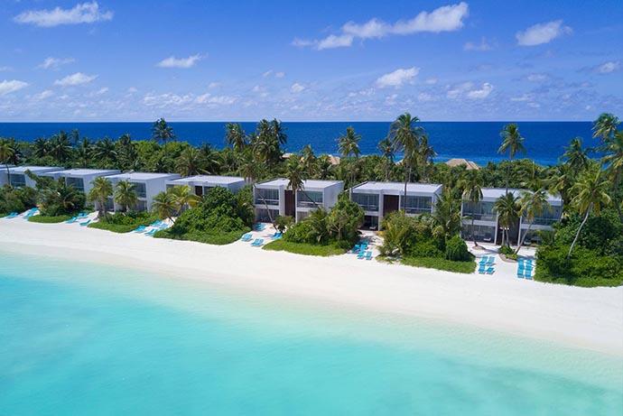 red vila na plaži na Maldivima