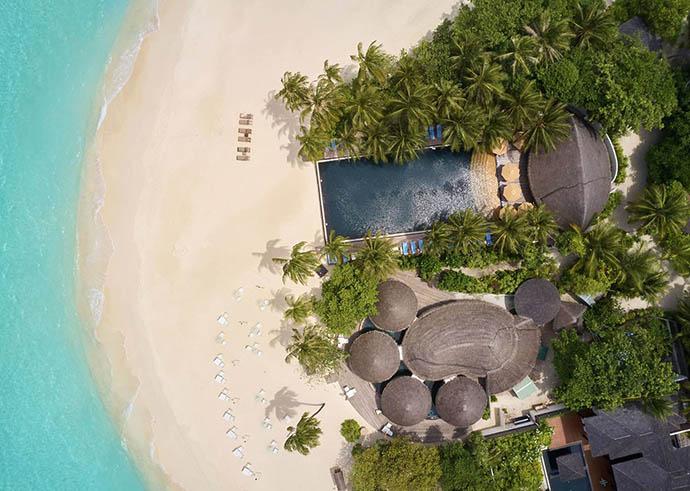 ptičija perspektiva na hotel na Maldivima