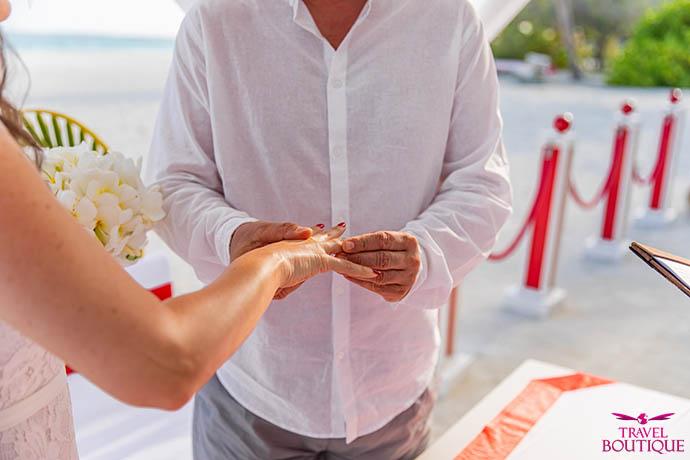čovek stavlja prsten ženi