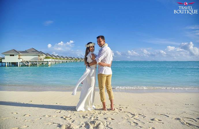 venčani par na plaži na Maldivima